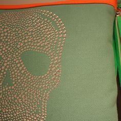 Bolso de mano con calavera y fonde color turquesa