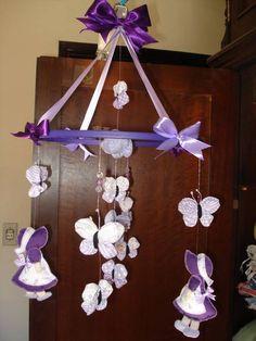 mobile de berço com fitas, botoes, fuxico de borboleta e flores de feltro em varias cores. R$ 41,80