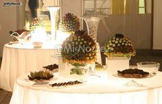 http://www.lemienozze.it/gallerie/foto-fiori-e-allestimenti-matrimonio/img27687.html  Allestimento del tavolo dei confetti e dei dolci con grandi bouquet di rose gialle, rosa e rosse