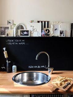 Küche I schwarze Wand I Bilder I Bilderleiste I DIY I reversible Vorwand I  Deko I Minza will Sommer