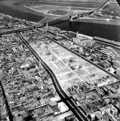 Vue Du quartier le Faubourg ou 262 immeubles détruits pour permettre la construction de la tour Radio-Canada 1963/1964 Tirée du livre du livre Quartiers Disparus  LaPresse+