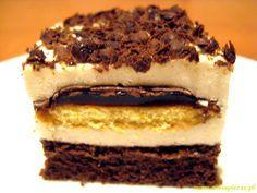 Sernik z delicjami to biszkopt wyłożony masą serową oraz delicjami. Na delicje wyłożona jest druga warstwa masy a całość posypana jest tartą czekoladą.