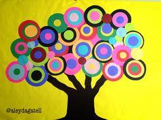 """Árbol de color. Decoración en aula o biblioteca escolar. Se utiliza: Papel América de color amarillo. Para el tronco papel lustre café. Hojas de colores. Resistol y tijeras. Traza círculos de diferente tamaño en las hojas de colores para formar las """"hojas"""", pega con resistol de manera que queden sobrepuestos. Forra la base con papel América. Traza el tronco en el papel lustre café. Coloca letreros o fotografías de tus alumnos en cada hoja. @Aleyda Rosado Rosado Rosado Gatell"""