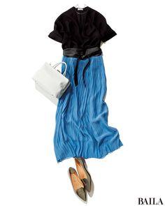 アフター6に会食がある日は、通勤アイテムに旬小物を加えて。華やかで涼しげなブルーのプリーツスカートに、上品な黒いとろみブラウスを合わせたスタイルは、きちんと感もあって好感度の高いコーディネートに。トレンドのサッシュベルトや、クールなシルバーのチョーカーでアレンジすれば、パーティー・・・
