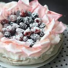 Pavlova con frutillas y pétalos de rosa @ allrecipes.com.ar VIDEO