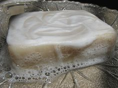If you are a soapmaker looking for a fabulous shampoo bar recipe with lots of lather that will make your hair softer than it's ever been before, then this recipe is for you! It comes from Lisa G. of Opus Soaps in Petersburg, Texas. Diy Shampoo, Homemade Shampoo, Shampoo Bar, Solid Shampoo, Soap Making Recipes, Homemade Soap Recipes, Diy Beauté, Dyi, Lotion Bars