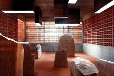 Espai Transmissor del Túmul/Dolmen Megalitic de L'any a. Rebar Detailing, Sandstone Slabs, Space Projects, Multipurpose Room, New Museum, Dim Lighting, Contemporary Architecture, Design, Dolmen