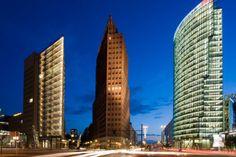 Sie wollen die deutsche Hauptstadt mal von oben erleben? TRAVELBOOK hat 14 Aussichtspunkte in Berlin, an den Ihnen die Metropole zu Füßen liegt.