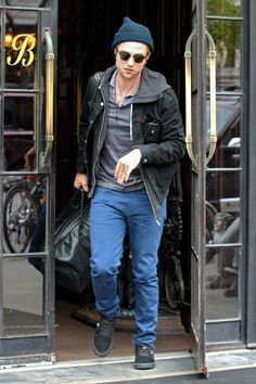 Robert Pattinson checking out of The Bowery Hotel in Downtown Manhattan on the way out of town. 10-8-2012