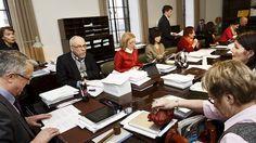 Sosiaali- ja terveysvaliokunnan puheenjohtajan Juha Rehulan mukaan kaikki asiat ovat edelleen avoinna.