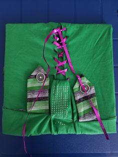 Bastidor con lazos y botones Drawstring Backpack, Backpacks, Fashion, Buttons, Hair Bows, Life, Moda, Fashion Styles, Backpack