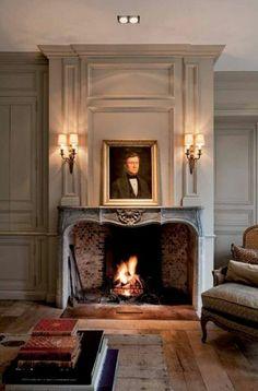 Graues Zimmer Mit Einem Kamin, Symmetrisch Gestellte Lampen Und Bücher Haus  Grundriss, Kamine,