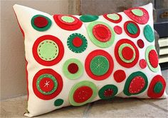 You know the days 25 felt Christmas crafts and away we go! Amy Smart's Christmas pillow tutorial is LOW -SEW those dots are attached with glue. Christmas Pillow, Felt Christmas, Handmade Christmas, Christmas Crafts, Modern Christmas, Christmas Colors, Christmas Holidays, Christmas Decorations, Holiday Decor