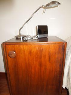 Un antiguo armario de escuela reconvertido en mesita de noche-zapatero.
