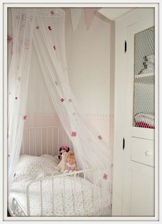 Floral gauze for little girl's bed, she would love it!