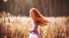 Девушка с рыжими кудрявыми волосами