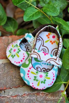 HomeSpunThreads: Oh Baby (shoes)! Makin' these for baby gifts. Free Patterns