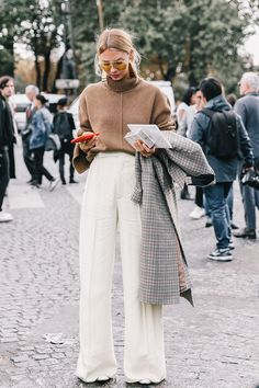 Fall Street Style Outfits to Inspire Fall Street Style Fashion Week Street Style Outfits, Mode Outfits, Wide Leg Pants Street Style, Pants Style, Fall Fashion Street Style, Fashion Fall, Trendy Outfits, Warm Outfits, Street Style