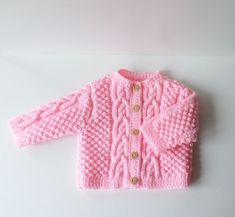 Gilet bébé fille 3 mois tricoté main en acrylique rose clair Sweater Knitting Patterns, Hand Knitting, Gilet Rose, Pull Bebe, Bobble Stitch, Pink Acrylics, Girls Hand, Needles Sizes, Pulls