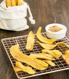 Chips de plátano Ingredientes 4 plátanos machos verdes 1 litro de aceite para freír 2 cucharadas de sal Preparación 1. Pela los platanos. Cortalos en rebanadas largas y delgadas. 2. Calienta el aceite en una olla hasta que este bien caliente. 3. Anade las rebanadas de platano y frie hasta que empiecen a dorarse. 4. Sacalos del aceite y ponlos a escurrir sobre una toalla de papel. 5. Espolvorea con sal al gusto. #CocinaFácil #recetas #postresricos #postrecito #recetasnuevas #recetasdecocina…