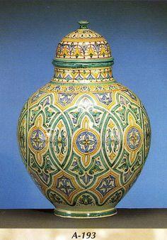 Tibor andalusí, se ha reproducido fielmente las técnicas andalusíes de los artesanos de Fez, que se originaron en la España musulmana de los siglos XIII al XV.    Medida : 45cm de alto.     Si esta interesado en esta valiosa pieza de cerámica, puede escribirnos un correo : info@decoracion-arabe.es , o llame al 630082402 /958343033  Precio: 467,00 €   http://www.decoracion-arabe.es/proddetail.asp?prod=tibor-andalusi-a-193