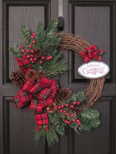 17 Festive Gold Christmas Decor Ideas for a Shiny and Beautiful Holiday - The Trending House Grapevine Christmas, Christmas Wreaths To Make, Holiday Wreaths, Rustic Christmas, Christmas Diy, Handmade Christmas, Christmas Pictures, Disney Christmas Decorations, Christmas Crafts