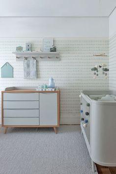 Quarto de bebê - decoração moderna - verde menta branco madeira clara e cinza - cômoda e berço ( Projeto: Triplex Arquitetura )