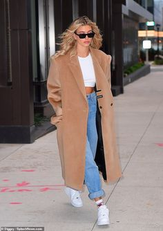 Hailey Bieber flashes her stomach when she shows her autumn style - Casual: D . - Hailey Bieber flashes her stomach when she shows her autumn style – Casual: The new bride complet - Street Style Outfits, Looks Street Style, Looks Style, Mode Outfits, Casual Outfits, Fashion Outfits, Womens Fashion, Fashion Trends, Fashion Guide