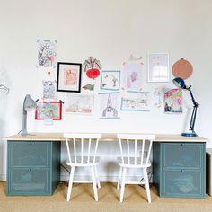 """Victoria su Instagram: """"Dans la salle de jeux, j'ai transformé 2 chevets Ikea en table de travail! Un moment d'inattention et un morceau de tape qui trainait et…"""" Kids Room, Table, Ikea Hacks, Moment, Diy, Victoria, Instagram, Game Room, Room Kids"""