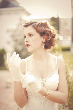 大きめウェーブのクラシカルスタイル♡ ショートヘアで作るウェディングドレスに合う髪型一覧。ウェディングドレス・カラードレス・花嫁衣装の髪型まとめ。