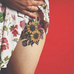 tatuajes flores, tatuaje con ramo de flores con girasoles y petunias, mujer con vestido en flores, tatuaje en la cadera