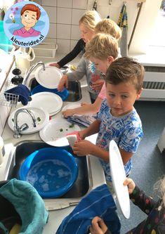 afwassen met kleuters, thema huishouden, kleuteridee, kindergarten housekeeper theme