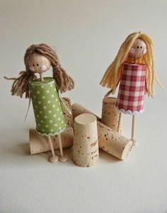 des poupées personnalisées fabriquées de bouchons en liège
