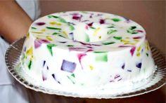 A Gelatina Mosaico é uma sobremesa fácil de fazer, refrescante e que as crianças de todas as idades vão amar. Experimente! Veja Também:Gelatina com Frutas