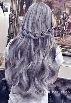 Penteado com os cabelos acinzentados.