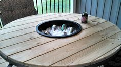 Patio Table With Built In Ice Bucket -- #pallets #palletproject