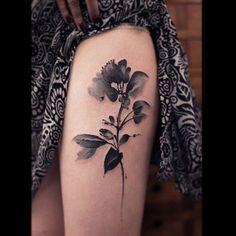 La fleur sur la cuisse