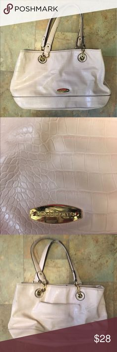 Liz Claiborne Cream Purse Cream Purse with snakeskin type pattern on faux leather- gold accents- multiple zippers and pockets- very minimal wear- comment with any questions 💕 Liz Claiborne Bags