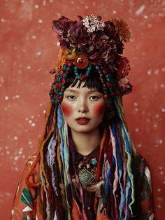 Kiki Xue est né en 1987 en Chine, il vit et travaille à Paris et Milan. Après des études de mathématiques, il se consacre à la photographie de mode et gagne le prix PhotoVogue à Milan. Depuis, de V…