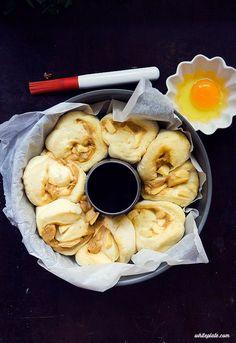Drożdżowe brioszki z kajmakiem i jabłkami – White Plate