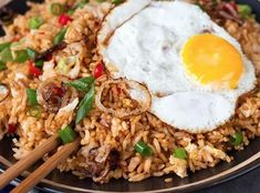 How to make spicy Indonesian fried rice. Rice Recipes, Asian Recipes, Cooking Recipes, Healthy Recipes, Asian Street Food, Indonesian Food, Dinner Dishes, Rice Dishes, No Cook Meals