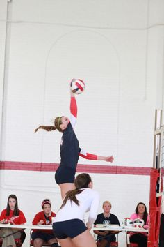 Her elbow is to the top of the net!! I wish I had that high of a jump!!❤
