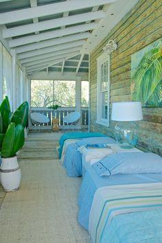 Dans une résidence secondaire, la véranda devient une adorable petite chambre d'amis/ d'enfants