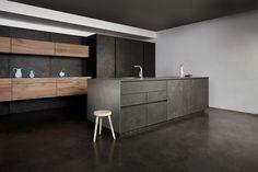 tout savoir sur le béton ciré dans la cuisine sans poignée; sol en béton ciré et meubles en bois