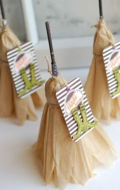 HALLOWEEN witches' brooms made with lollypops and tissue paper. It is a great thing to hand out at a Halloween party! Diy Halloween, Halloween Goodies, Holidays Halloween, Halloween Treats, Happy Halloween, Halloween Decorations, Halloween Witches, Halloween Clothes, Halloween Stuff
