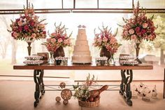Não é só para crianças, gulosos, gordinhos ou formiguinhas. A mesa de doces é uma das atrações principais do casamento para todos os convidados. Saiba como deixá-la ainda mais irresistível.