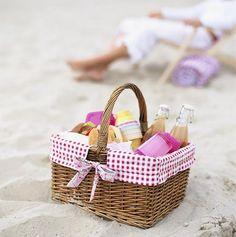 Picnic in spiaggia - Pique-nique sur la plage - Picnic on the beach Summer Of Love, Summer Fun, Summer Time, Summer Beach, Beach Picnic, Summer Picnic, Comida Picnic, Picnic Time, Picnic Parties