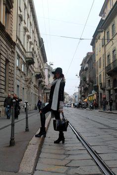 OUTFIT TOTAL BLACK E UNA MAXI SCIARPA PER LE VIE DI MILANO
