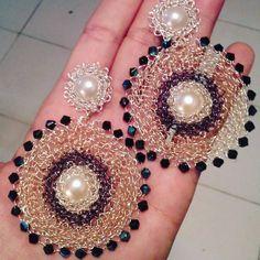 Maxi zarcillos....listos para entregar!!...engalanate desde ya con prendas de #hilodeoro  para las fiestas decembrinas!!..#puntoperuano#hilodeoro54 #perlinas#hilotpc#cristales#hechoamano#handmade#fiestas#gala#moda#belleza#puntoperuano