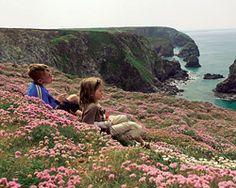 Zwei Zwerge im Land der Riesen: Luis (links) und Franz bei den Bedruthan Steps. Die großen Felsbrocken im Meer sind nach einem sagenhaften Hünen benannt